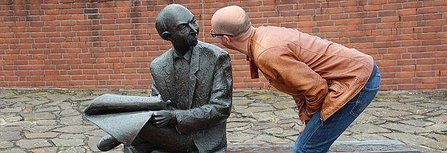 Empresario y estatua